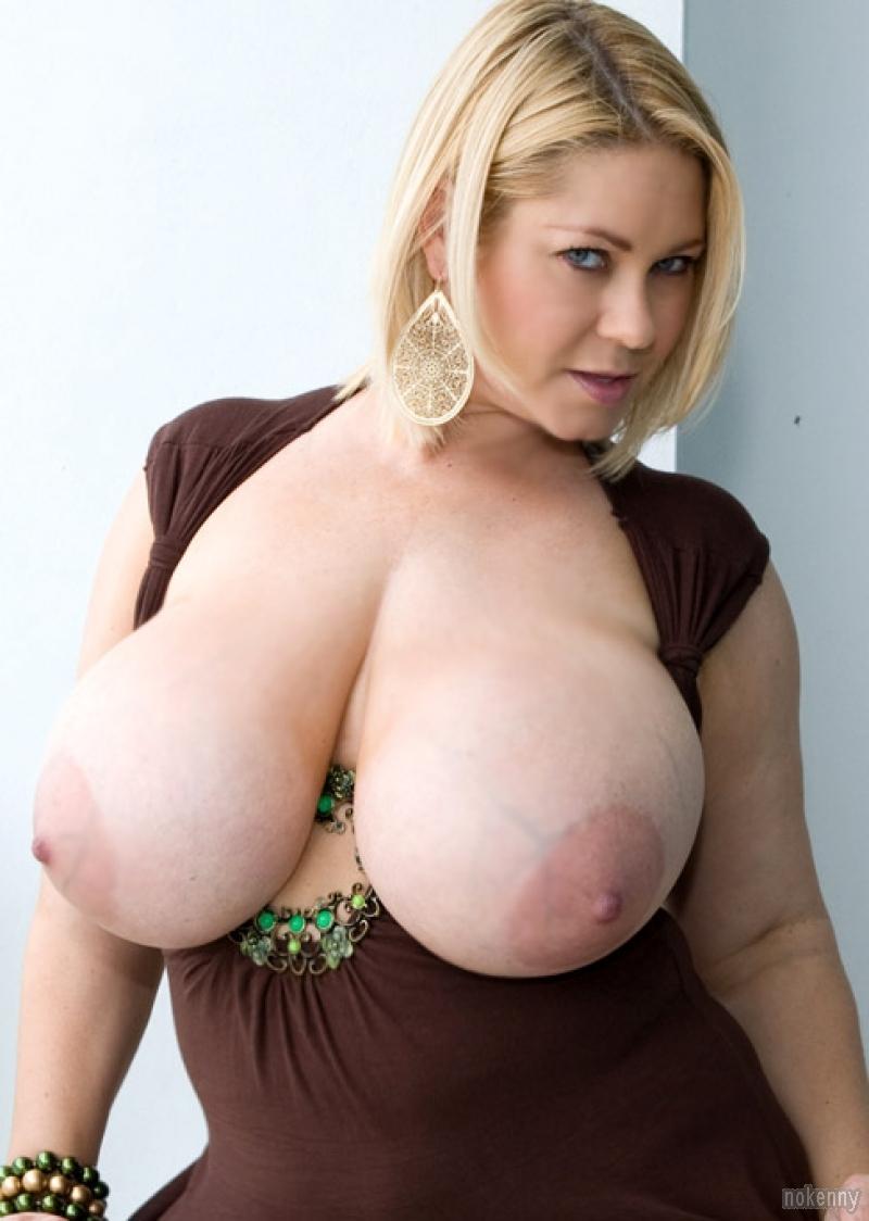 gros seins nus femme godeuse