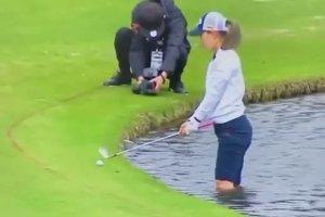 Une golfeuse se met à l'eau pour tenter un gros coup
