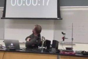 Un étudiant hacke et Rickroll les écrans de 6 écoles au même moment (Illinois)
