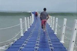 Jouer à saute mouton avec les vagues (Ochheuteal Beach)