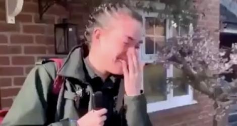 Une infirmière se fait acclamer par ses voisins en partant au travail