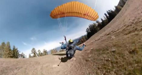 Un homme fait du rase-motte avec son parapente (Speed Flying)