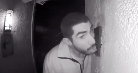 Une caméra de surveillance filme un homme en train de faire un drôle de truc avec la sonnette d'une maison