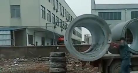 Une bonne technique pour sortir des gros blocs de béton d'un camion