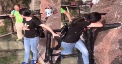 Un père saute sur un sol en verre pour faire peur à sa fille