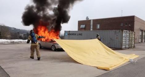 Des pompiers éteignent une voiture en feu en une seconde avec une couverture