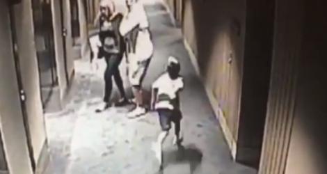 Un enfant se venge d'un adulte qui l'a bousculé