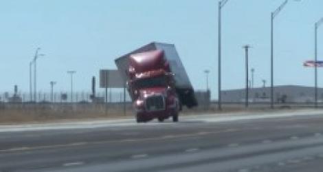 Un camion se fait coucher par le vent (Texas)