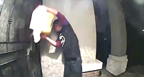 Un homme vide des bidons d'essence devant la porte de son voisin (Californie)