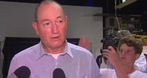 Un jeune casse un oeuf sur la tête d'un sénateur australien