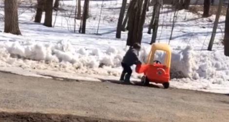 Un automobiliste très en colère contre sa voiture