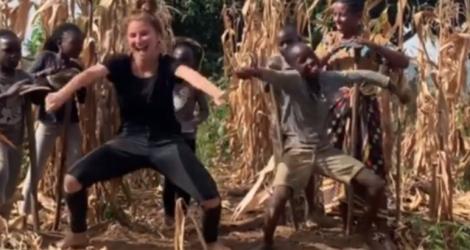 Une fille danse avec un enfant africain (Ouganda)