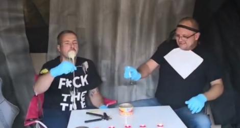 Son pote lui fait manger du Surströmming pour son anniversaire