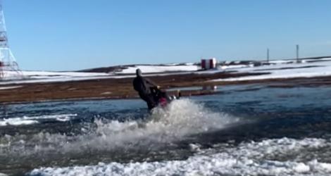 Faire de la motoneige sur l'eau