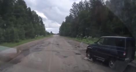 Un automobiliste fait n'importe quoi sur une route de campagne