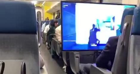 Dans le train, il joue à Fortnite sur sa télé