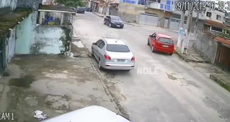 Il vole une voiture mais il ne sait pas conduire avec une boite manuelle