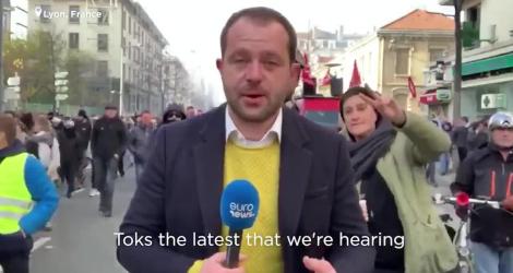 Un journaliste se fait troller pendant la manifestation du 5 décembre à Lyon