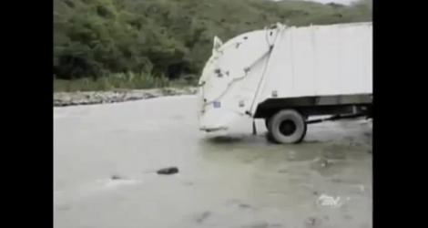 Un camion poubelle lâche tout dans un fleuve (Équateur)