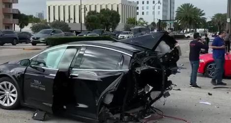 Une Nissan GTR coupe une Tesla en deux (Floride)