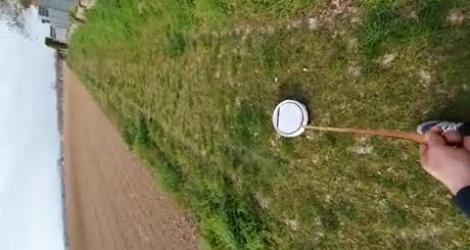 Un homme sort son Roomba (confinement)