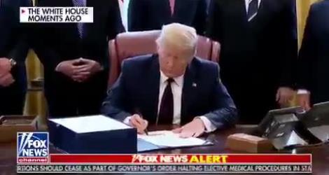 Trump signe un chèque de 2200 milliards et montre comment refiler le Coronavirus à ses potes