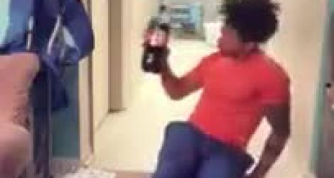 Régis joue avec une bouteille de Coca-Cola
