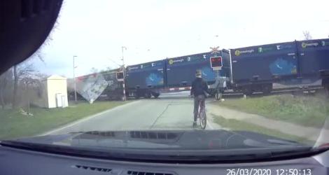 Un jeune à vélo frôle le drame à un passage à niveau