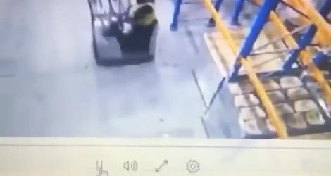 Un cariste se prend une méchante baffe en déplaçant une palette