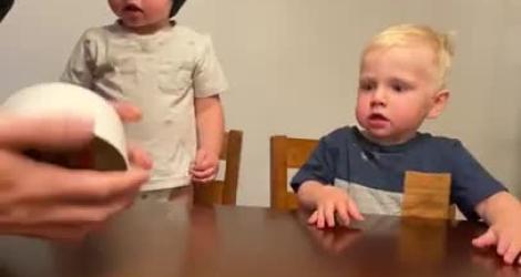 Des parents demandent à leurs enfants de ne pas toucher à des bonbons