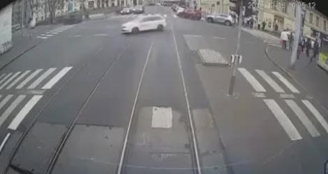 Une voiture s'écrase entre deux trams