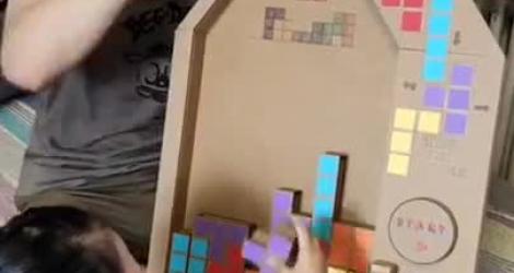 Tetris sur une boite en carton