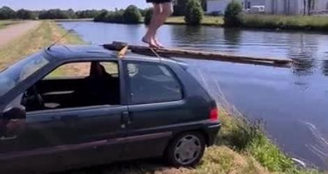 Il fabrique un plongeoir avec sa voiture