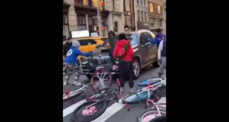 Des cyclistes new-yorkais attaquent une BMW